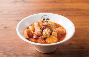 【名物イタリアのトマトモツ煮トリッパ赤:530円(税別)】イタリア直送の5種の豆やじゃがいもが入った大満足のつまみです。
